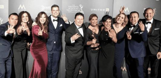 Yo, Ana María Canseco, y el equipo de Un Nuevo Día después de ganar un Emmy por el Mejor Programa Matutino en Español.