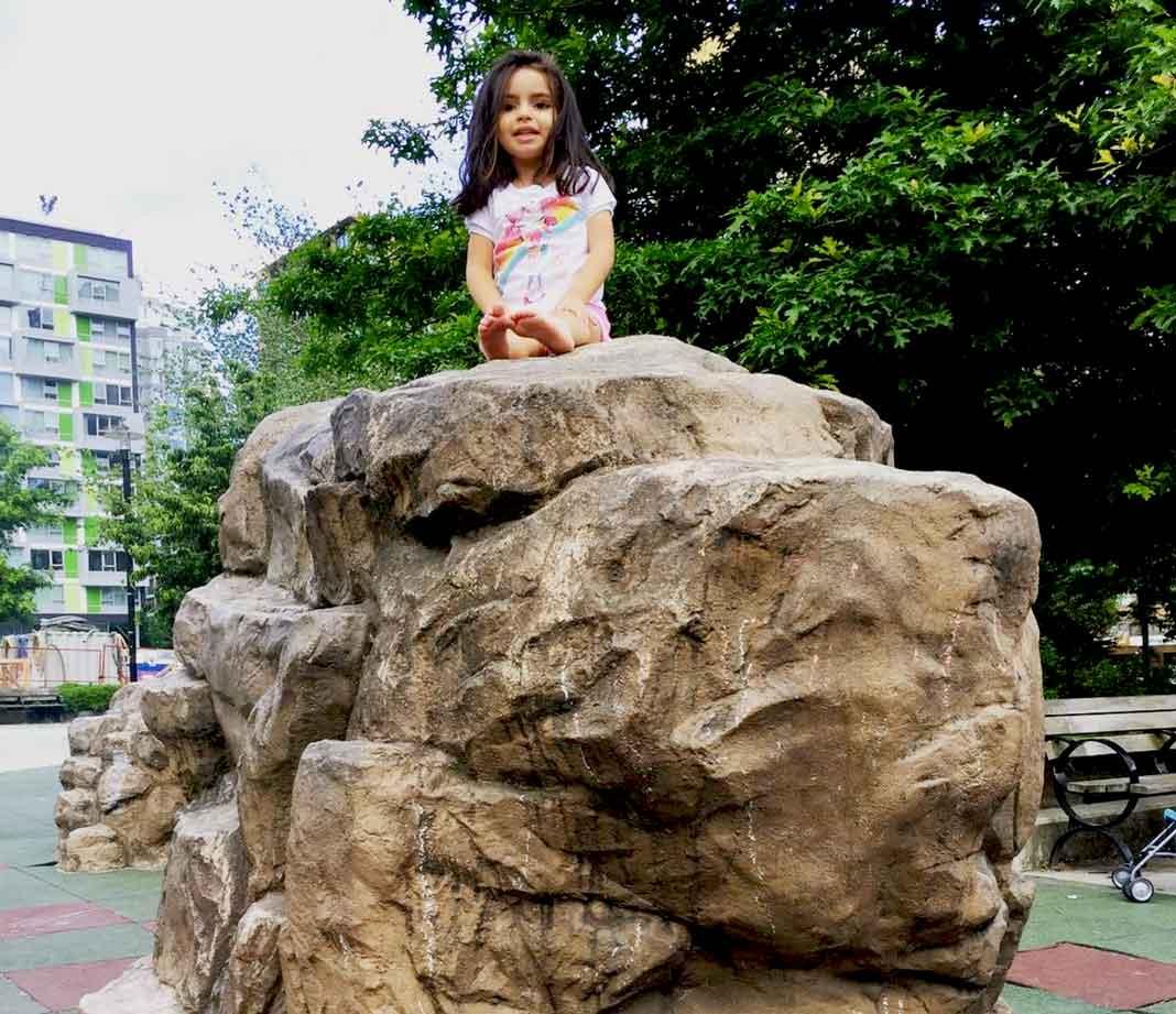 Ella solita se subió a esta enorme roca