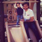 En el parque con su papito