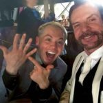Oscar muestra feliz el anillo de compromiso que le dio el primer actor