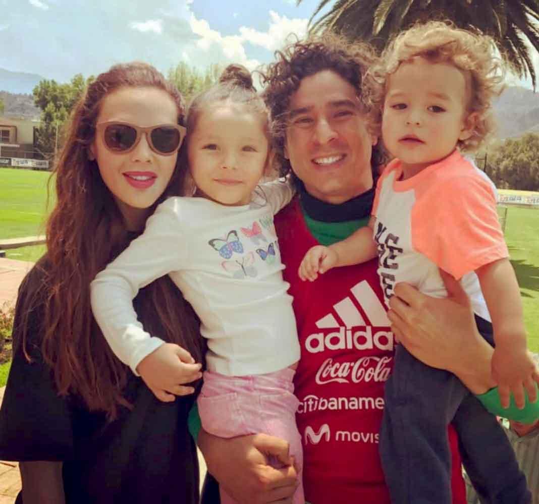 Memo Ochoa, Karla Mora y sus hijos forman una linda familia