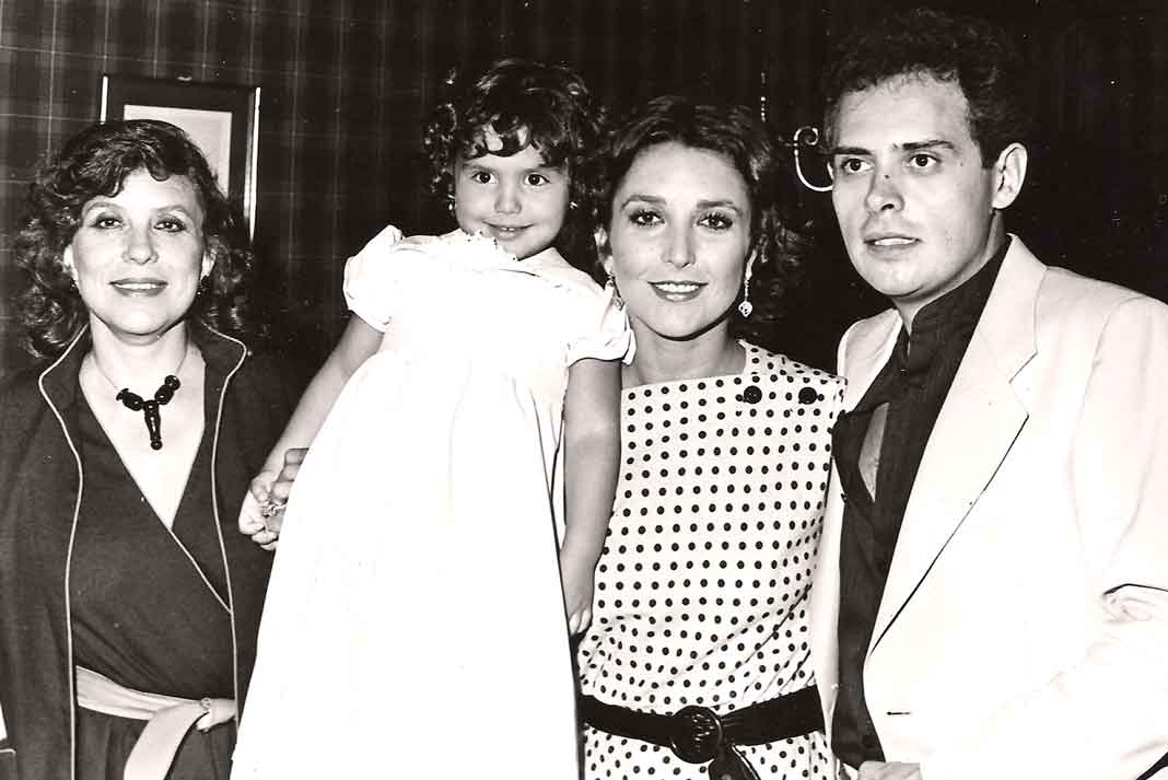 Con su mamá doña Angélica Ortiz, su hija Angélica Vale y su esposo Raúl Vale