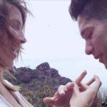 Una vez que ella bajó del helicóptero, él le colocó el anillo de compromiso