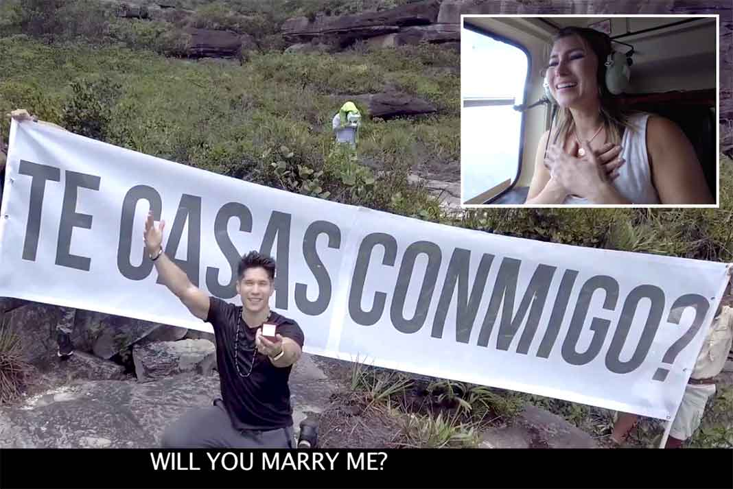 Chyno de rodillas mostraba el anillo, mientras Natasha desde el helicóptero veía su petición de matrimonio