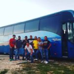 Este es el autobús del grupo, a donde los criminales subieron a exigirles seguir tocando
