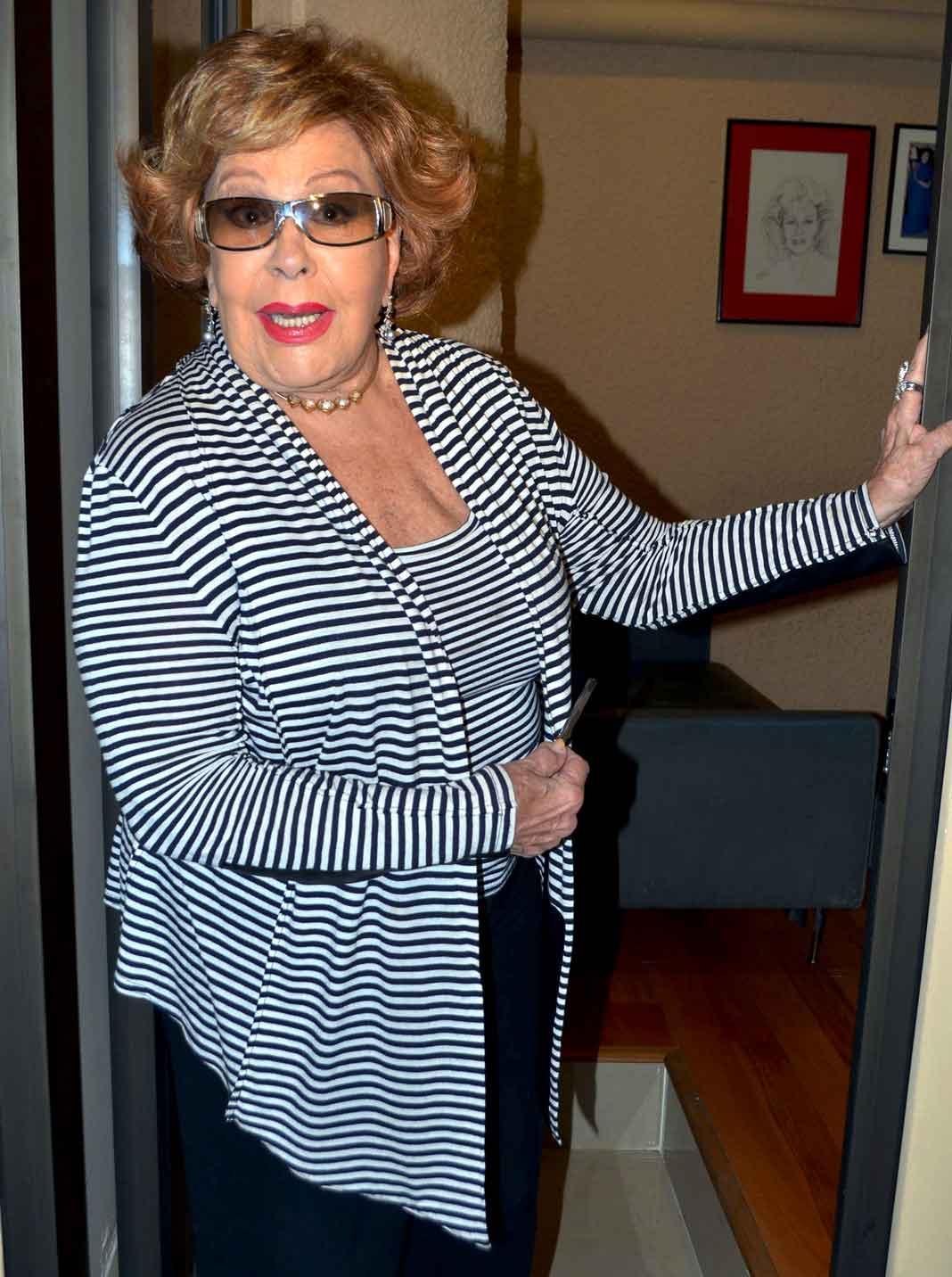 Al principio de su carrera, La Guzmán estuvo distanciada de su madre Silvia Pinal