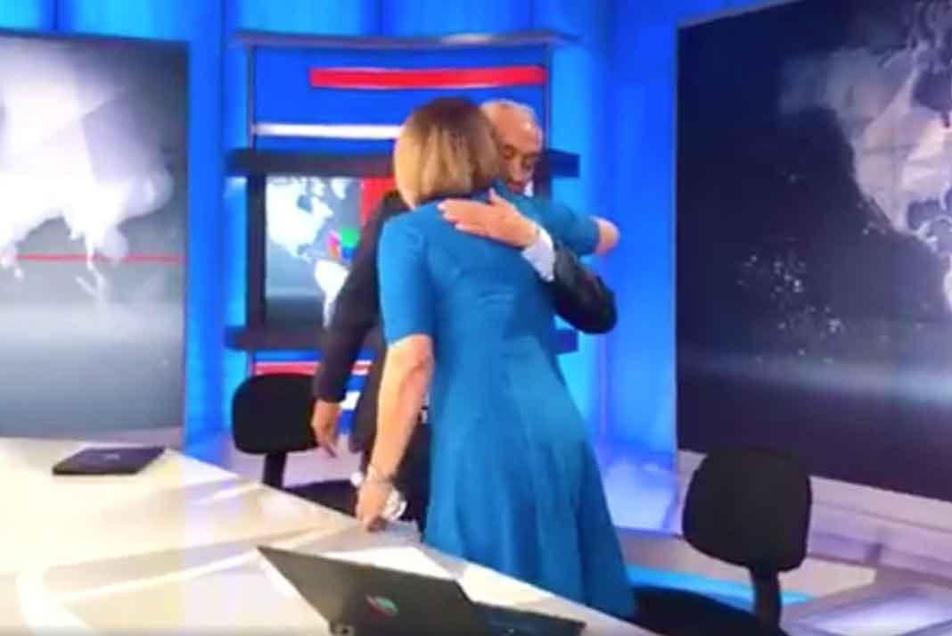 Jorge Ramos le dio un abrazo al término de la emisión