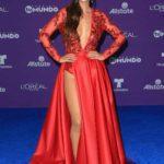 Carolina Miranda enseñado pierna y con escotado en este traje rojo pasión