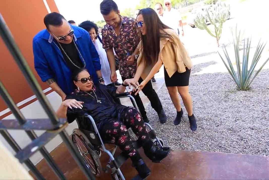 Los malosos de su hijo y sus nietos andaban jugándole una broma a doña Flor en su silla de ruedas