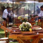Las mesas fueron decoradas con arreglos florales y se usaron vajillas de barro