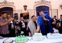 Hubo tres pasteles: uno por los 18 años de Leonardo, otro por los 87 de doña Flor Silvestre, y otro por los 49 de Pepe