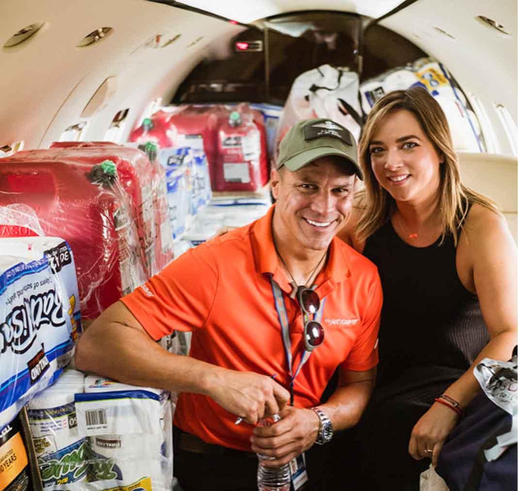 Adamari aquí con el piloto y fundador de la empresa My Jet Saver, Alejandro Marín