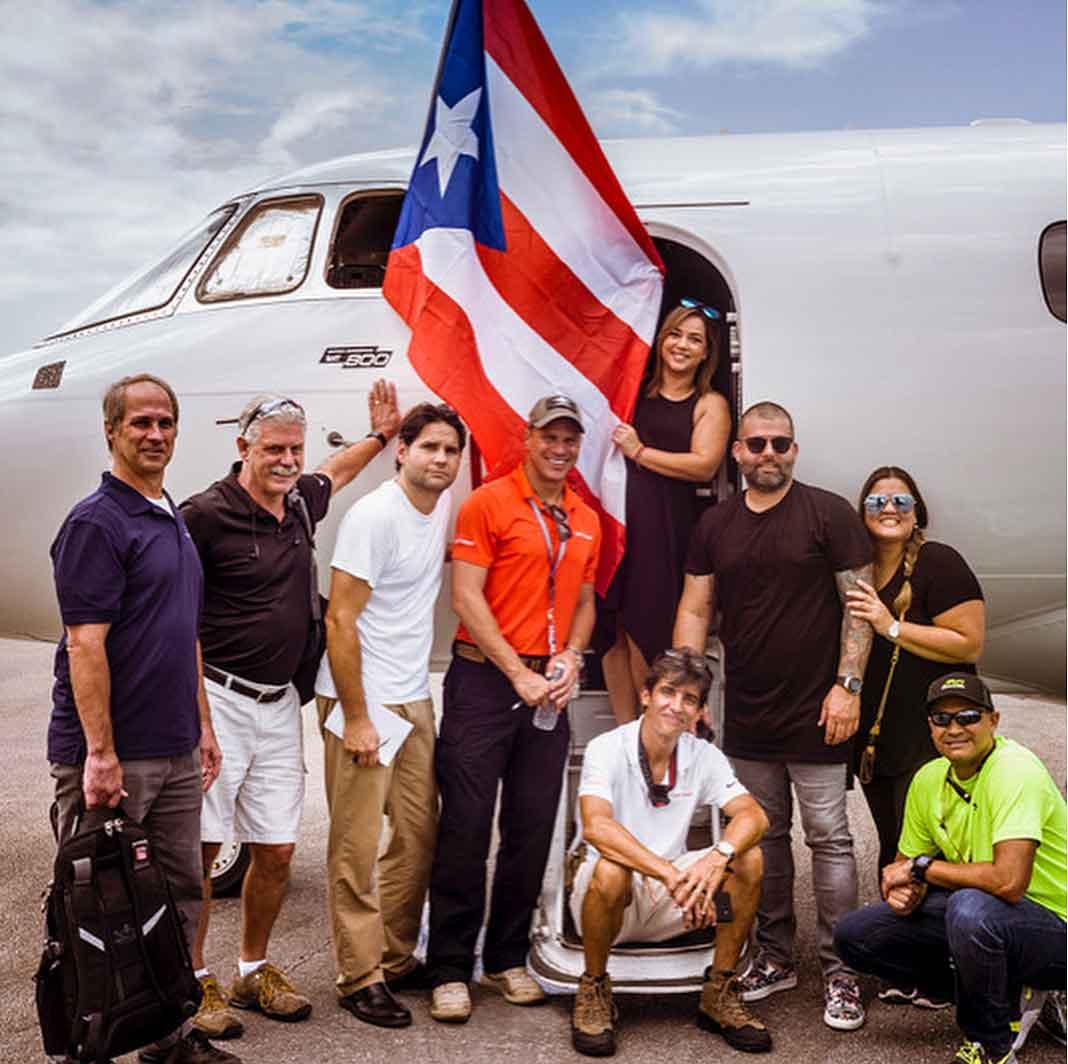 Comida, bebidas y maletas con ropa fueron trasladadas en el avión rumbo a Puerto Rico