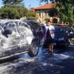 Abel, el esposo de Rosie, limpiaba los techos de los autos