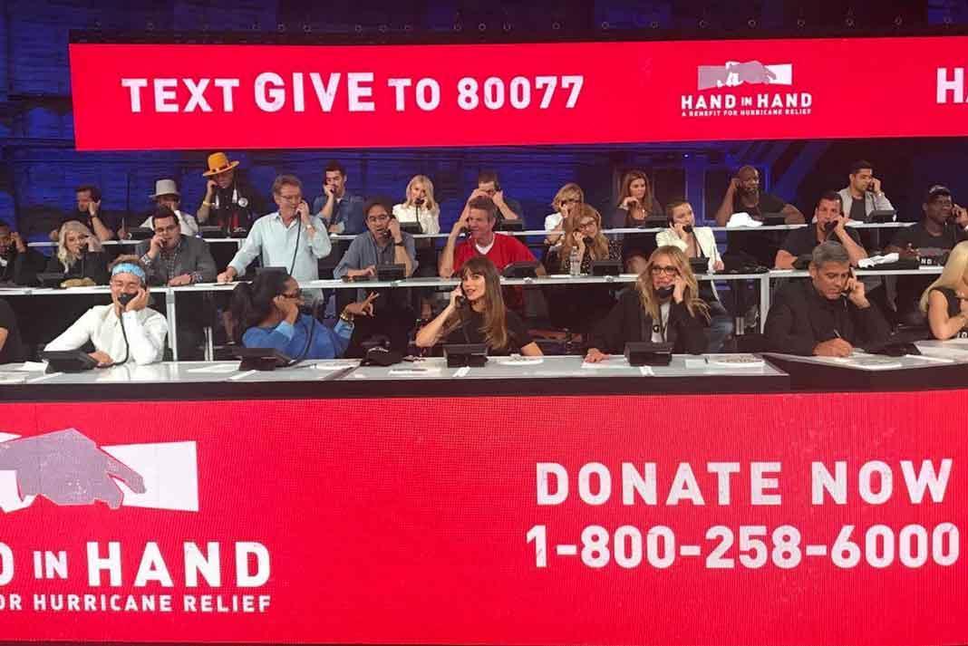 Lupita Nyong'o, Daniel Craig, Julianne Moore y Karlie Kloss esperando donativos