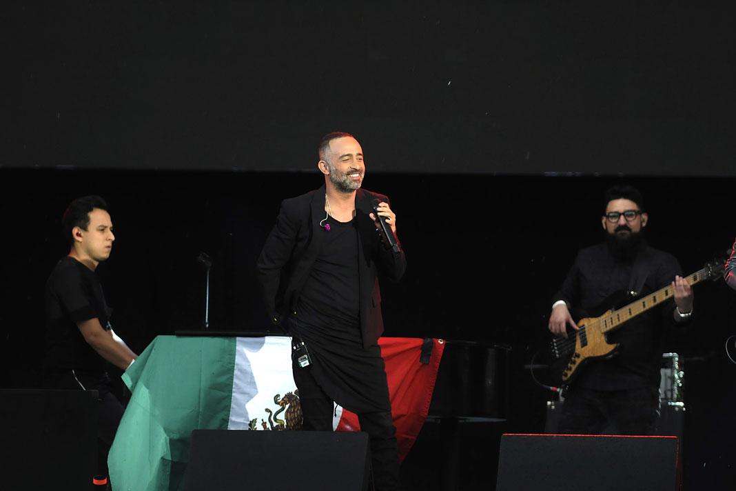 Mario Domm del grupo Camila puso el sentimiento en el recital