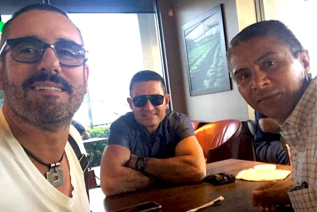 Fernando Colunga posa con Miguel Varoni y un amigo en Washington