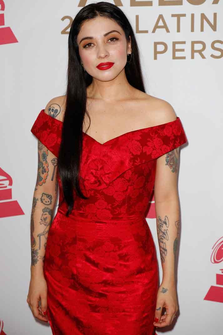 Con esos horrendos tatuajes, lo que se hubiera puesto Mon Laferte lo hubiera arruinado