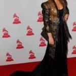 Niña Pastori usó un vestido muy largo que todavía recargó con un saco asimétricamente rococó