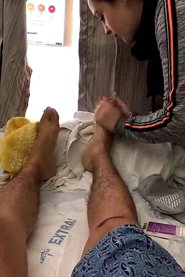 Su esposa Kenia le frotó los pies en un video que Larry transmitió por Snapchat