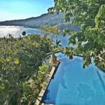 Impresionante la vista al mar y de la piscina.
