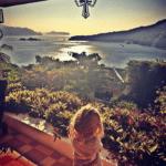 Otra imagen pero ahora con la hija pequeña admirando el paisaje.