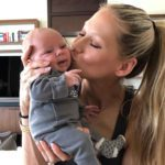 La guapa tenista compartió esta imagen besando a uno de sus gemelitos
