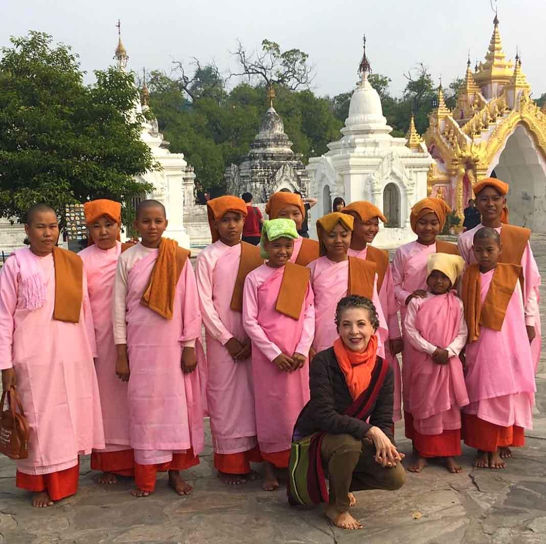 """Posó con estas """"angelitas"""", como llamó a las niñas de Myanmar"""