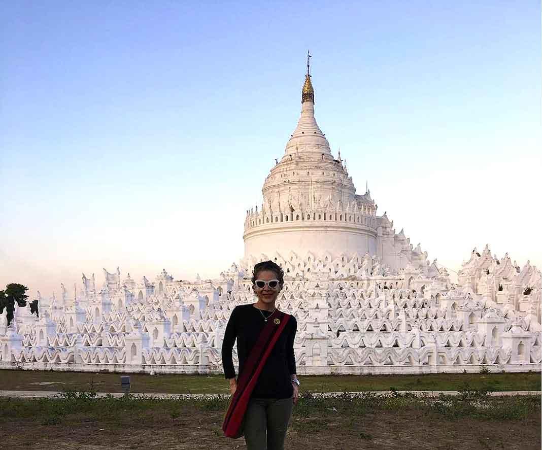Con una hermosa pagoda en Myanmar de fondo
