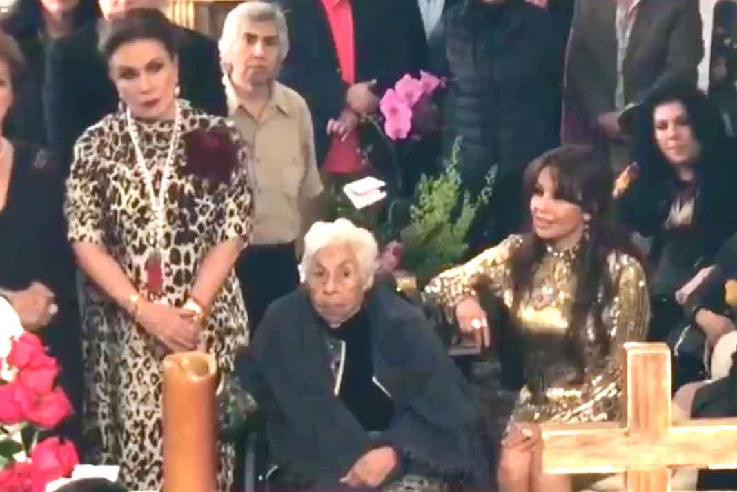 Laura Zapata de un lado de su abuelita y Thalía del otro, presenciaron la misa