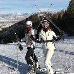 Lili y su hija Lina esquiando en la nieve de las montañas de Utah