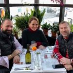 Almorzando con sus compañeros de viaje en un bar bistro de Islandia