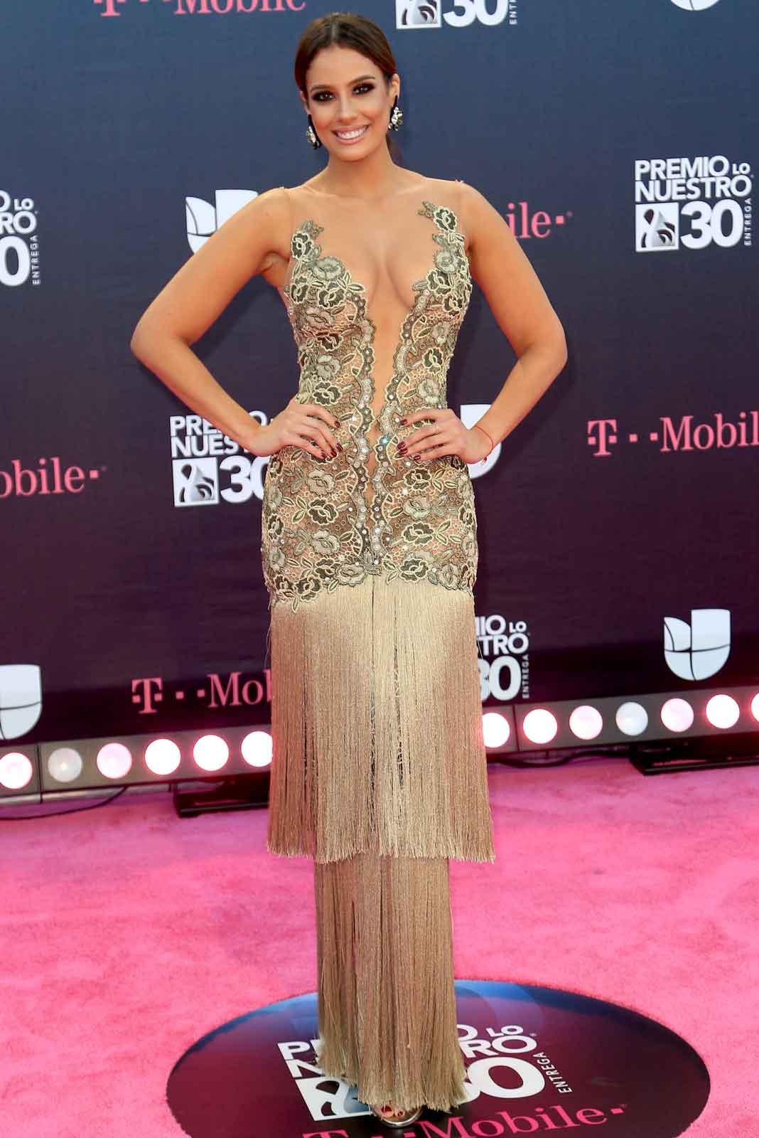 La mitad del vestido de Aleyda Ortiz es bello, lástima de esas barbas de cabaretera