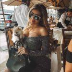 Así de sexy posó con su perrita sentada en un restaurante de Los Angeles