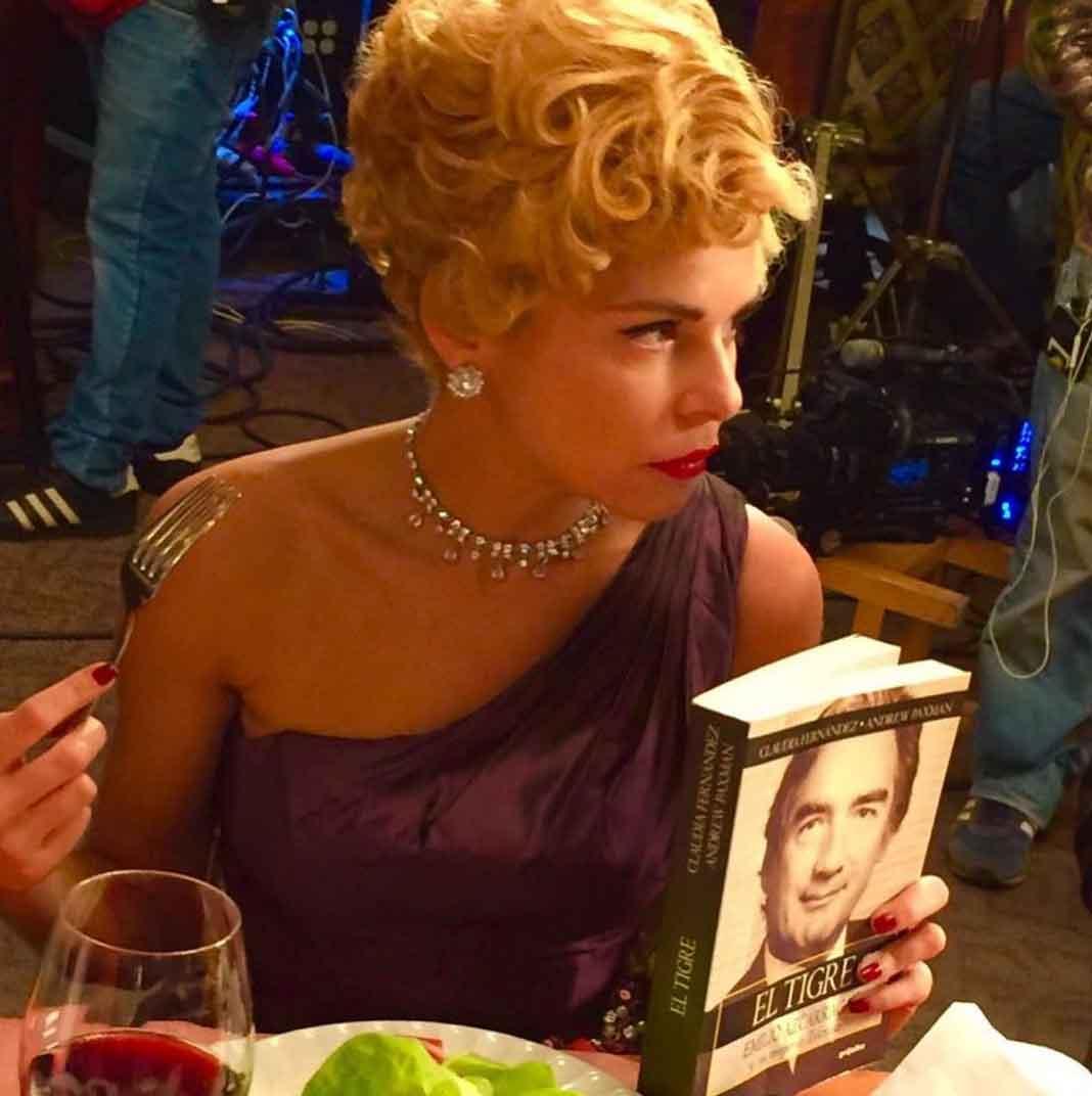 """Itatí, o mejor dicho, Silvia Pinal, con la biografía de """"El Tigre"""" Azcárraga en mano"""