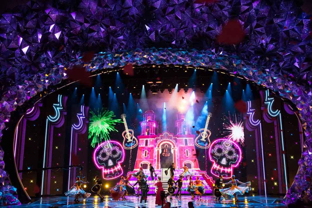 """El colorido de la cinta animada """"Coco"""" llenó el escenario durante la interpretación de """"Remember Me"""""""