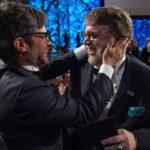 Gael felicitando efusivamente a su compatriota Guillermo del Toro