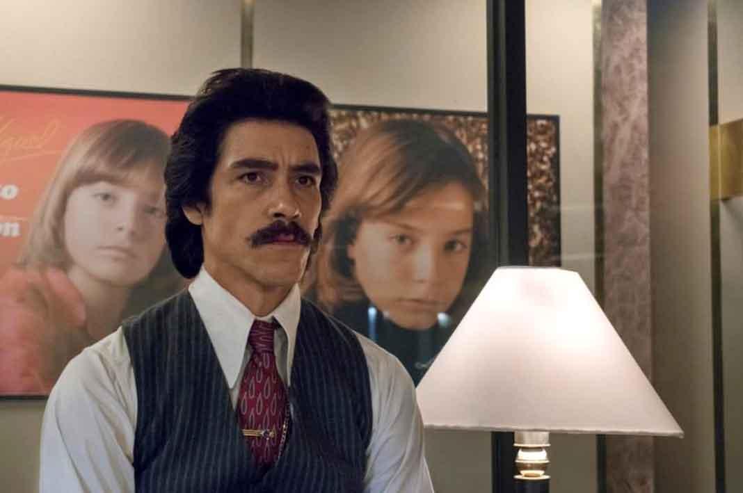 Atrás de Oscar Jaenada, quien la hará del papá de Luis Miguel, vemos fotos de Izan caracterizado de Luis Miguel de niño