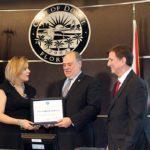 El alcalde Juan Carlos Bermúdez me dio este reconocimiento de la ciudad de Doral