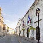 Vista del frente del Hotel Nicolás de Ovando en la calle Las Damas.