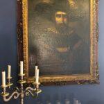 La pintura al óleo de Nicolás de Ovando que te recibe en recepción.