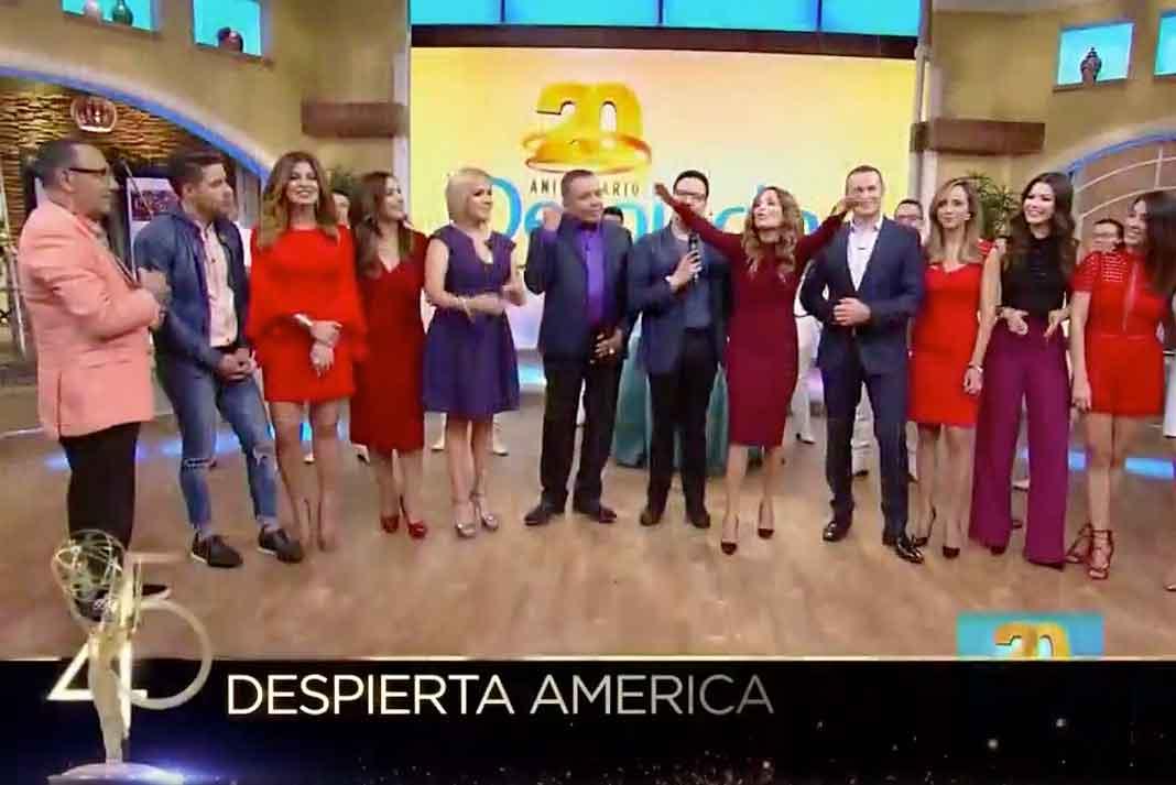 Qué padre que hayan puesto en los Emmy una imagen donde participamos los primeros y los nuevos presentadores de