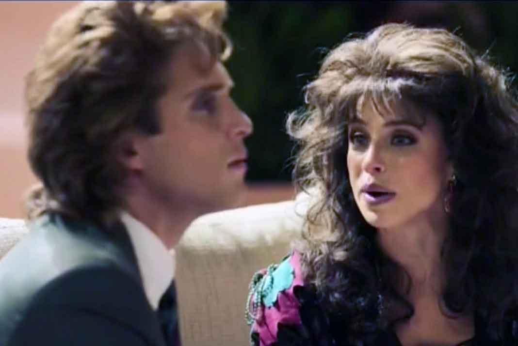 """La """"Verónica Castro"""" de la serie le dice que Lucero le está llamando, cuando en realidad quien lo llamó fue Isabel del grupo Pandora"""