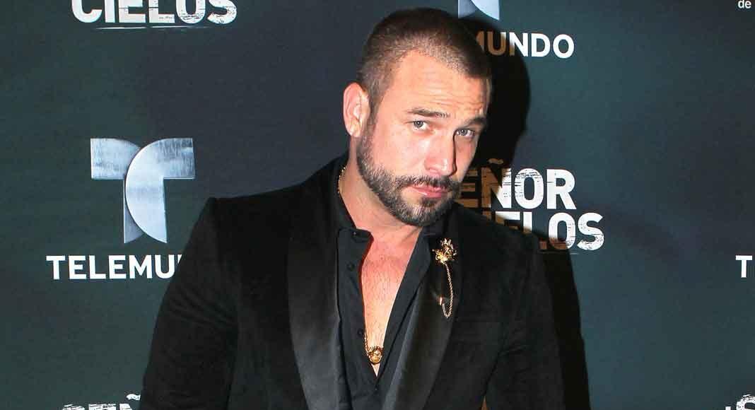 Rafael Amaya estuvo un ratito en la presentación de la nueva temporada de su serie