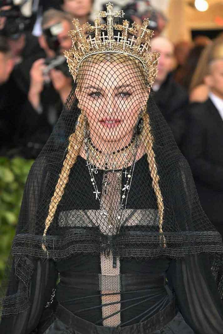 Madonna andaba en su mero mole vestida así, hasta cantó con un grupo de monjes el tema