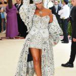 Rihanna, como era de esperarse, sorprendió llegando como la versión femenina y lujuriosa del Papa