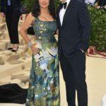 Salma Hayek llegó con un vestido estampado en lentejuela, que combinó con un muy costoso accesorio: su marido