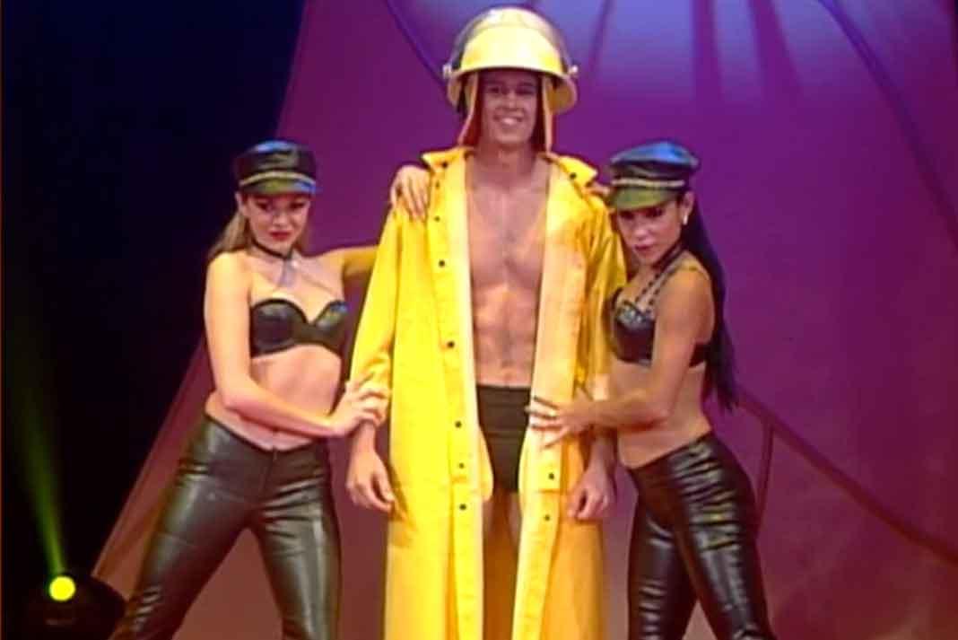 William participó vestido de bombero y... ¡reácatelas!, que se queda en poquita ropa