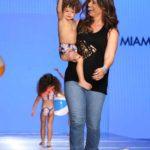 Inger, la esposa del cantante Nacho, con su pequeño Matías modelando un traje de baño