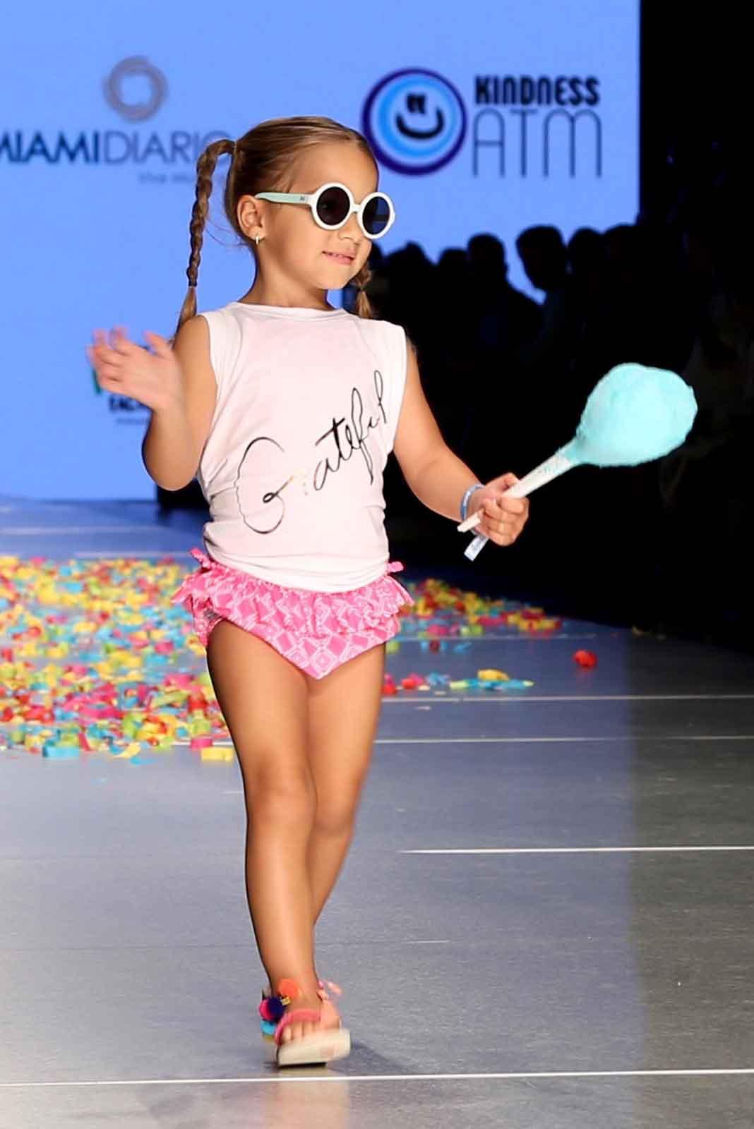 La pequeña Alaïa modeló como toda una profesional y hasta saludó a la audiencia